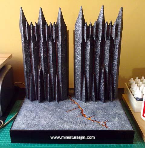 Para finalizar, pintamos con la laca negra satinada la base de madera con un par de capas para que iguale bien y listo, el soporte de ejercito está terminado.